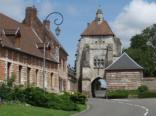 <a href='http://www.doullens-tourisme.com/visiter/cit%C3%A9-m%C3%A9di%C3%A9vale-de-lucheux/'>Cité médiévale de Lucheux</a>
